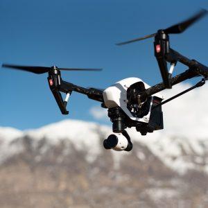 Drone volant au dessus d'une montagne